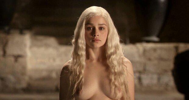 Daenerys Targaryen ukazuje ňadra často.