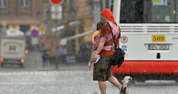 Letní počasí nás potrápí: Blíží se bouřky, déšť a silný vítr.