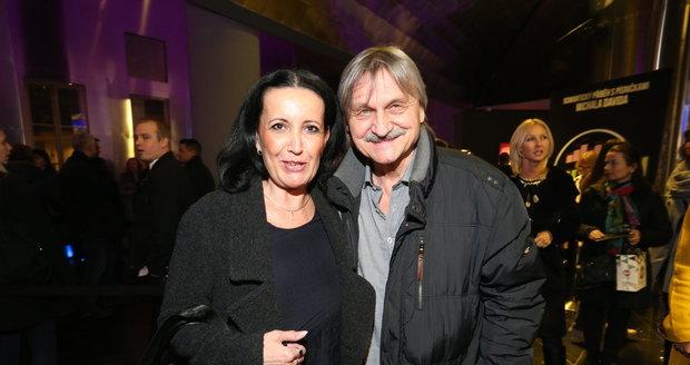 Únor 2016 - Herec s manželkou Isabelou v divadle. Trochu přibral a vypadá už mnohem líp.