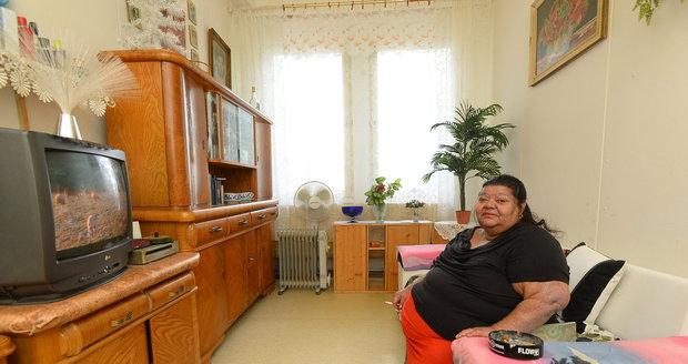 Věra Bílá žije v malém pokoji na ubytovně.