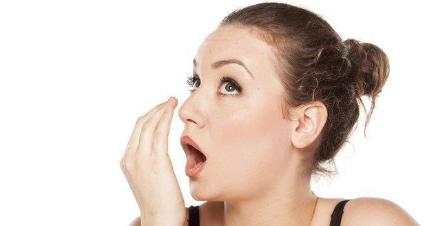 Zápach z úst? Kromě hygieny můžete zkusit i přírodní potraviny!