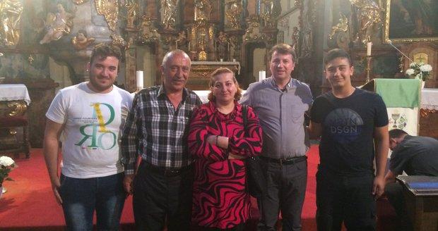 Na Pražany čekali v kostele uprchlíci. Chválili krásnou zemi i školu dítěte