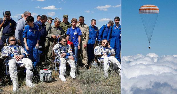 Trio astronautů se vrátilo z vesmíru na Zemi, cesta jim trvala tři hodiny