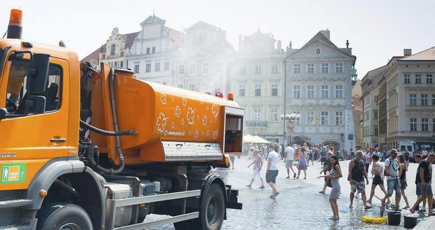 Praha je rozpálenější než loni: Kropící vozy letos vyjely už 22krát