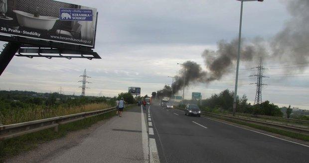 Dopravu na Pražském okruhu zkomplikoval požár osobního auta (ilustrační foto).