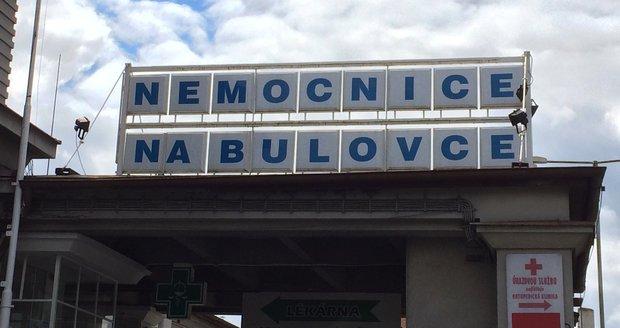 Nemocnice Na Bulovce je kvůli havárii bez vody.