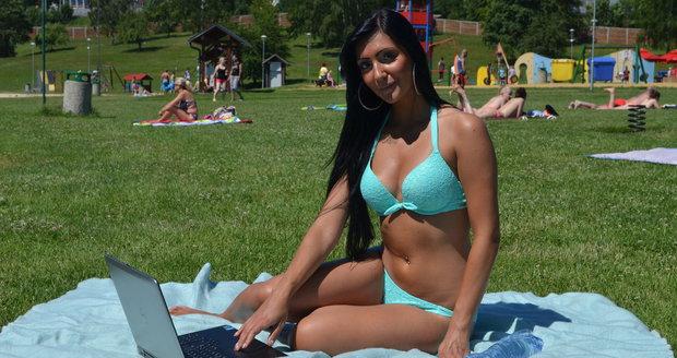 Studentka Nikola u vody. V pondělí bude mít opět příležitost, teploty přesáhnou 30°C.