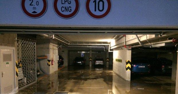 Déšť zatopil i některé garáže na Praze 5.