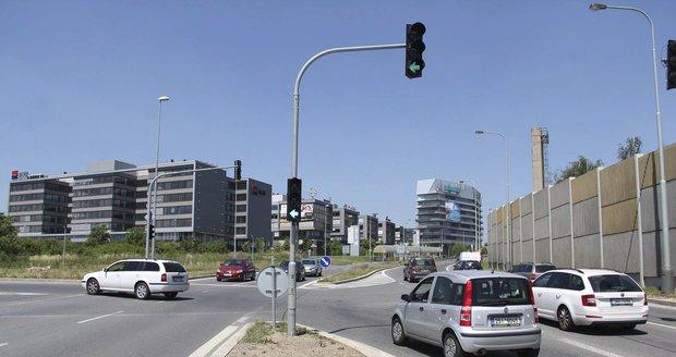 Na nepřehledné křižovatce ulic Jeremiášova a Poncarova byly v pátek 24. 6. konečně uvedeny do provozu semafory.