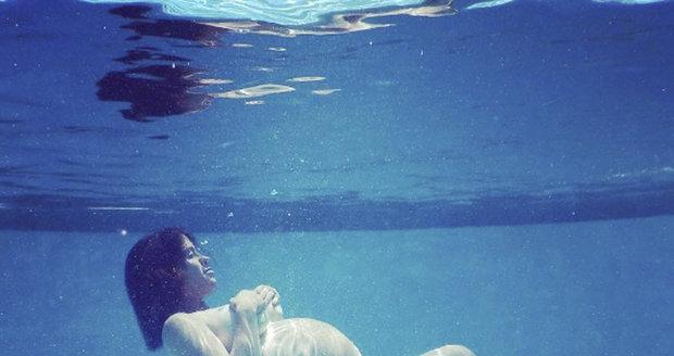 Zpěvačka je pod vodou, její těhotenství ale podvod není!