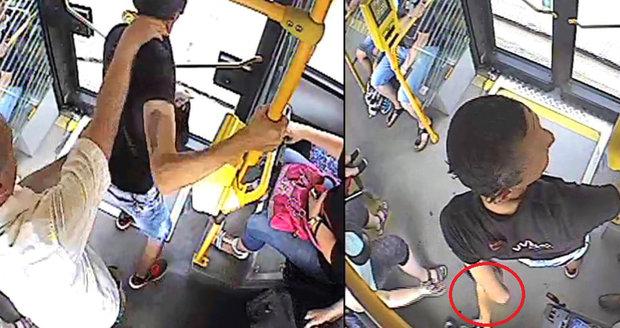 Pokus o únos syna před zrakem matky: Muž chtěl odtáhnout 4letého chlapce v autobuse MHD!