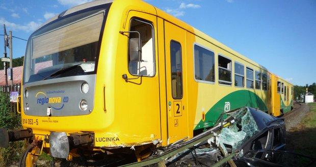 Vlak u Turnova »sešrotoval« osobní auto: Řidička i spolujezdec jako zázrakem přežili