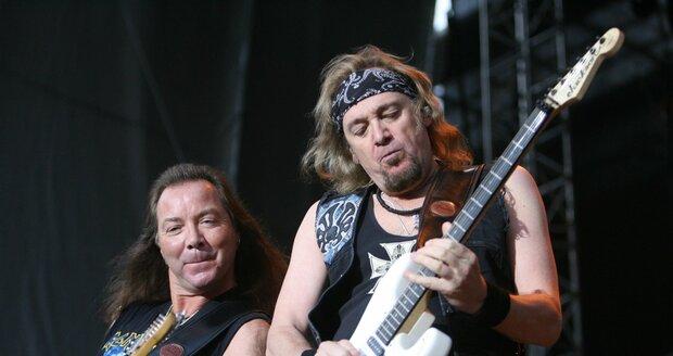 Hudebníci z kapely Iron Maiden na pódiu.