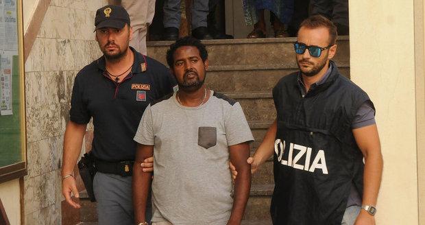 Vraždili uprchlické děti a prodávali je na orgány: Itálie zatkla pašeráky lidí