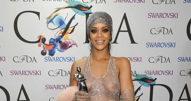 Zpěvačka Rihanna získala díky zlatavým šatům před dvěma lety cenu amerických designerů.