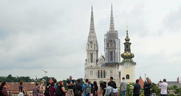 Věže záhřebské katedrály a kostela svaté Marie z horního města.