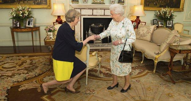 Podruhé v historii vede Británii žena: Mayovou pověřila funkcí královna