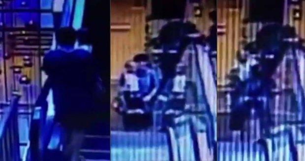 Otec (†37) se synem v náručí (†2) spadl z eskalátoru v obchodě, pád je oba zabil
