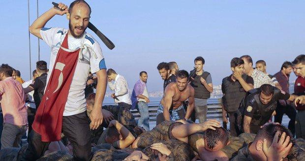 Turecko chce obnovit trest smrti. Davy lynčují vzbouřence
