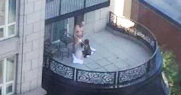 Muže orálně uspokojovaly na balkoně dvě ženy.