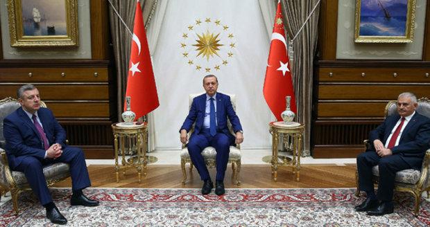 Čistky v armádě, policii, justici i školství: Bojí se Erdogan dalšího puče?