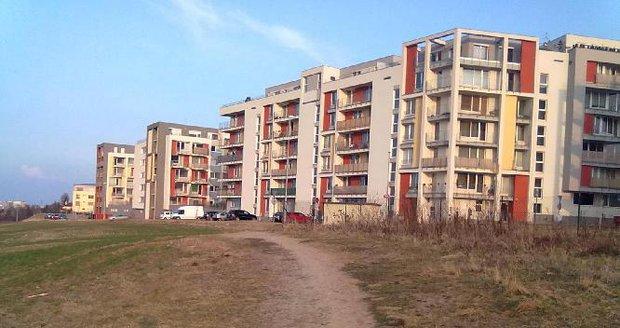 Rozbahněnou cestu mezi ulicemi K Třešňovce a Milotickou konečně propojí chodník.