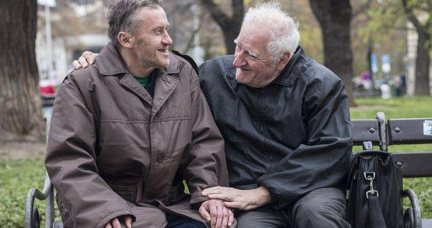Zákaz styku s vnoučaty, strach z domova důchodců: Jak žijí homosexuální senioři?