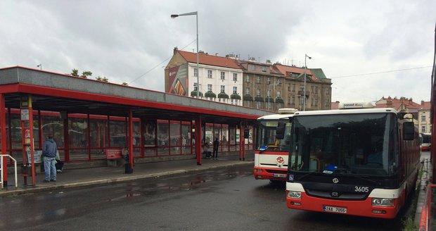 Výluky a zácpy. Kvůli opravám tratě z nádraží Smíchov do Berouna a Nučic se budou pasažéři kodrcat autobusem. (ilustrační foto)