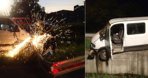 Dodávka visela nad potokem: Opilý šofér nezvládl řízení!