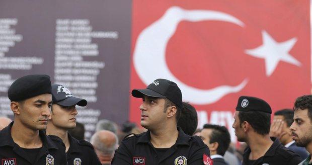 Kvůli tureckému puči zatkli první Němku. Velvyslanectví ji nemůže kontaktovat