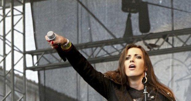 Veronika Zelníčková zpívá s metalovou skupinou Anacreon.