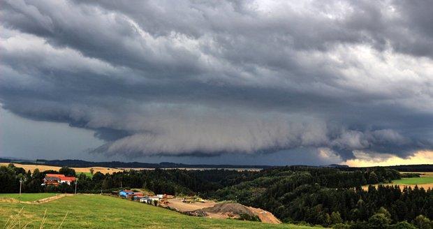 Stěnový mrak byl součástí supercelární bouřky u Jihlavy.
