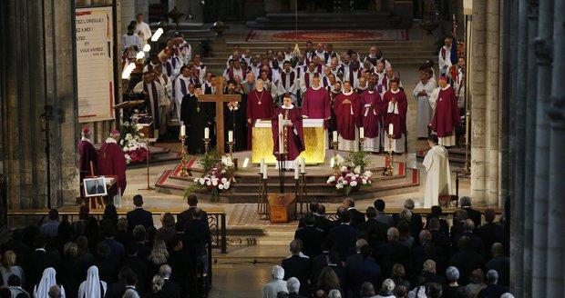Na pohřeb zavražděného kněze přišly 2 tisíce lidí. Prahou zněly zvony