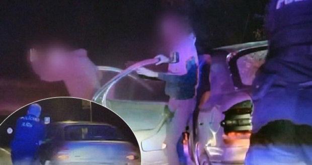 Policisté pálili po ujíždějících puberťačkách: Stříleli nám na hlavy, tvrdí jedna z dívek