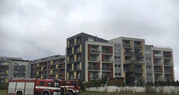Na sídlišti Metropole Zličín hořel byt v přízemí: 20 osob bylo evakuováno