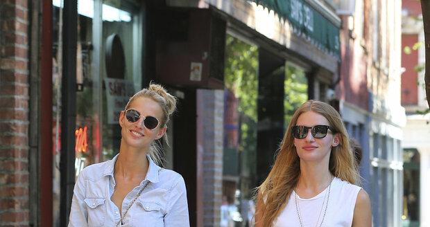 V ulicích New Yorku jsou obě krásky nepřehlédnutelné.