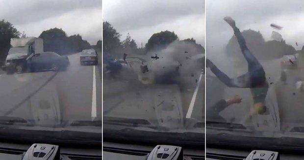 Tři pasažéři vyletěli při bouračce z lady jako hadrové panenky. Neměli pásy