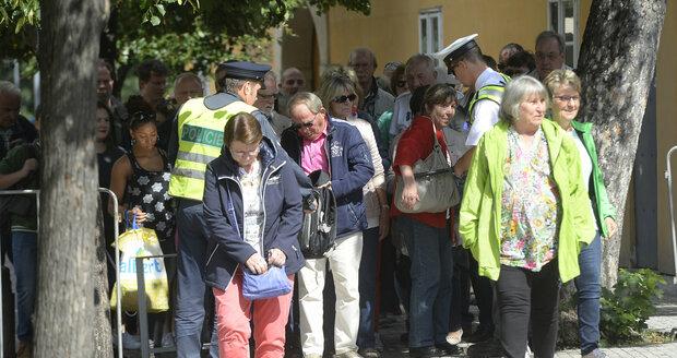 Bezpečnostní kontroly na Pražském hradě: Za minutu zkontrolovali dva policisté 48 turistů.