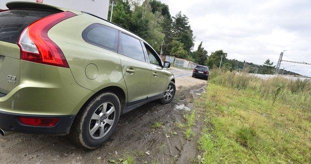 V Praze 3 se potýkají s nedisciplinovanými a nepořádnými řidiči, kteří parkují na městské zeleni. Hrozí jim za to desetitisícové pokuty. (Ilustrační foto)