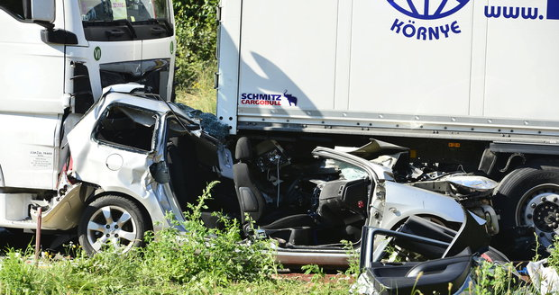 Kamiony sešrotovaly osobák: Dálnice D1 na Prahu byla zavřená, na místě jsou stále kolony