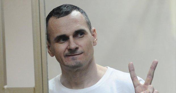 """Režisér vězněný v Rusku bojuje po hladovce o život. """"Je v pořádku,"""" tvrdí Moskva"""