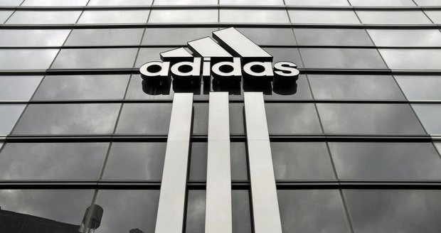 Adidas zavírá kamenné obchody. Výrobce sportovních bot a oblečení sází na web