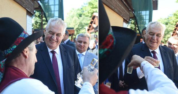 "Zeman koštoval pálenku a vyzýval: ""Zrušme bezradné sankce proti Rusku"""