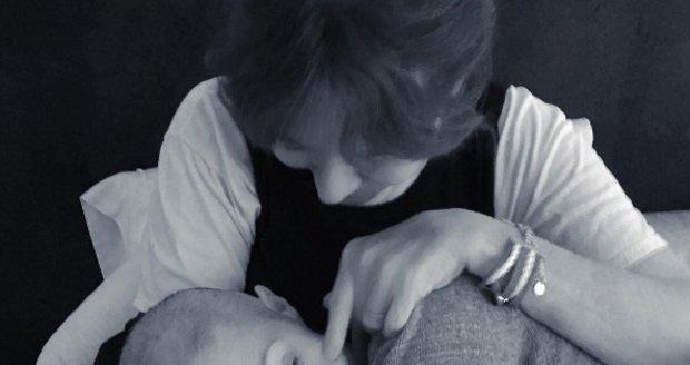 """""""Občas není nic většího než mateřská láska, která vám pomáhá držet se. Děkuji maminko, že jsi tu byla vždy se mnou a máš sílu i pro mě,"""" píše herečka na svém instagramovém profilu."""
