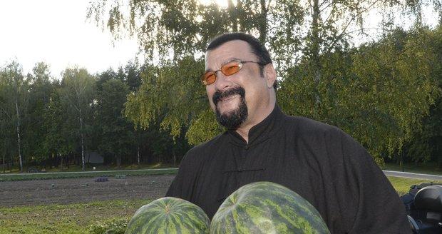 Steven Seagal navštívil Bělorusko: Od Lukašenka dostal melouny a mrkvičku.