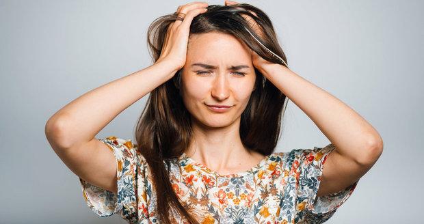 Migréně můžete předcházet i jídlem. Stejně tak ale to, co jíte, vám  ji může zásadně zhoršit.