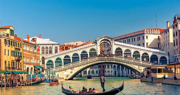 Gondola poblíž mostu Rialto (ilustrační foto)