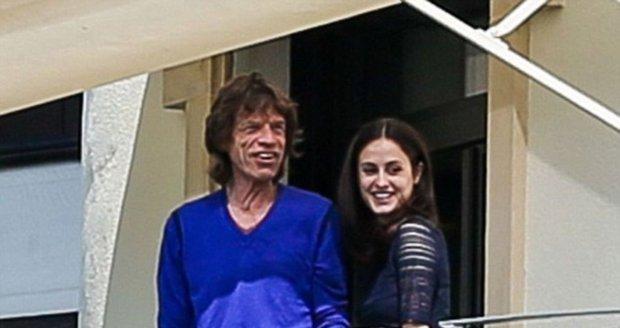 Milenecká dvojice Mick Jagger a baletka Melanie Hamrick na balkoně hotelu v Curychu