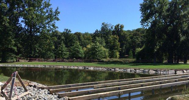 Lidé se po novém rybníku budou moci procházet pomocí mola.