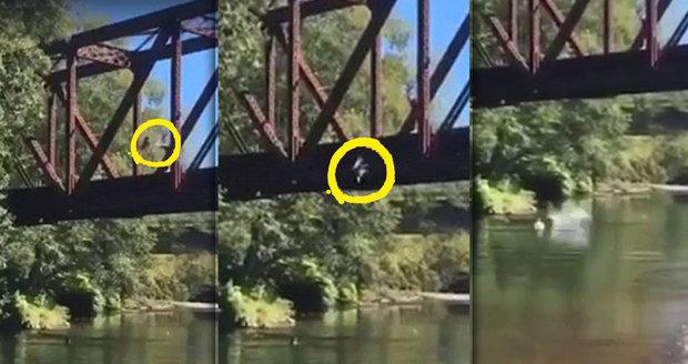 Matka nechala hodit syna (4) z osmimetrového mostu do vody: Chlapec křičel a plakal